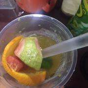 Nhân viên quán nên coi lại trái cây bị ủng trái cây cũ và thêm nữa là cắt trái cây quá ẩu