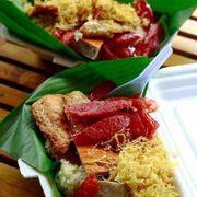 """Xôi là món ăn sáng ngon và no lâu của nền ẩm thực Vietnam.  Biến tấu với món """"Xôi chả cá"""" lạ miệng, thơm ngon khó cưỡng 🤤 💰 Giá chỉ 25k/phần to oạch ăn đến trưa vẫn còn no. ———————— #bepcuaCun 0965927166  Ship tận nơi nè. #steamedglutinousrice"""
