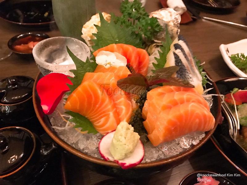 Cá hồi sashimi + cá trích ép trứng