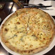 Pizza cá hồi kiểu Nhật và 4 loại cheese