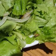 Đi hôm t6 rồi giờ mới rảnh để nói . Chuyện là hôm đó mình đi ăn với bạn . Trộn tô salad lên thì thấy một bạn nhỏ nằm trong đấy . Kêu nhân viên đến thì bạn ấy chỉ xin lỗi rồi mang vào trong và làm lại 1 tô salad khác mà mình không dám ăn luôn . Haizz .. thấy mà chán ...