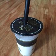 Tự hứa với lòng tui sẽ không hấp thụ thêm đường nữa nhưng mà không cưỡng lại được trà sữa hoa nhài của DingTea :'( trà không quá không, không bị loãng, đá cho vừa phải. Lúc uống xong vẫn còn vị thoảng của hoa nhài trong miệng nên là cực liệt cực liệt recommend trà sữa hoa nhài ở DingTea cơ sở Cầu Giấy. Shipper của Delivery Now ship nhanh, thoải mái lại thêm mã giảm giá nữa nên tui ưng lắm :'(