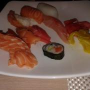 sashimi và cơm nắm