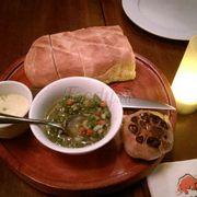 Bánh mì tỏi nướng, bơ và mỡ hành khai vị cực bùi béo!