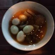 Tô đầy đủ có xíu mại, da heo, tốp mỡ, trứng cút