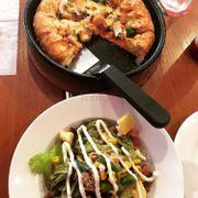 Salad cá ngừ và Pizza gà nấm viền phô mai