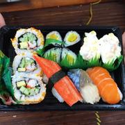 sushi,gimbab cực ngon ngay trong quầy hàng ăn của siêu thị big c luôn nè 😛