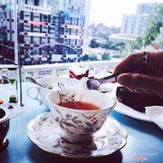Lần thứ 2 tới đây mà đi toàn vào buổi trưa nên vắng, ấn tượng đầu tiên là quán đẹp, sáng, có mùi thơm nhẹ nhẹ, view nhìn ra phố đi bộ khá đẹp. Cho khách ngửi trà để chọn trà mà nhiều trà quá nên đứng 15 phút chả biết nên chọn mùi gì cứ muốn uống hết. Cho khách chọn ly để uống mà hình như li ở đây không có cặp, mỗi mẫu chỉ có 1 cái nên uống kiểu tình nhân thì không có. Ly ở đây đẹp, sang, đậm chất châu âu, có bán cho bạn nào muốn mua. Đã thử 1 nùi bánh ở đây thì rút ra kết luận redvelvet là ngon nhất thơm, mềm, kem rất đặt biệt không ngấy. Browny hơi đắng và cứng nên không được thích. Tiramisu loại truyền thống với trà xanh cũng bình thường mà ngồi nói chuyện lâu là chảy hết kem ra