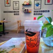 Trưa nóng, ra Tea For U nhâm nhi 1 ly Trà ổi hồng và đọc 1 cuốn sạch hay thì còn gì bằng 😍