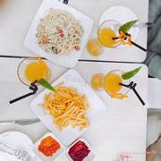 Khoai tây lắc thơm ngon, mỳ ý sốt kem gà nấm béo ngậy thêm ly nước cam tươi nữa còn gì bằng! Sẽ còn ghé qua dài dài