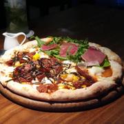 Pizza 2 loại topping ăn cho đỡ ngán
