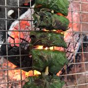 Bò nướng lá lột có những hạt tiêu xanh cay, giúp ấm khi trời mưa như hôm nay
