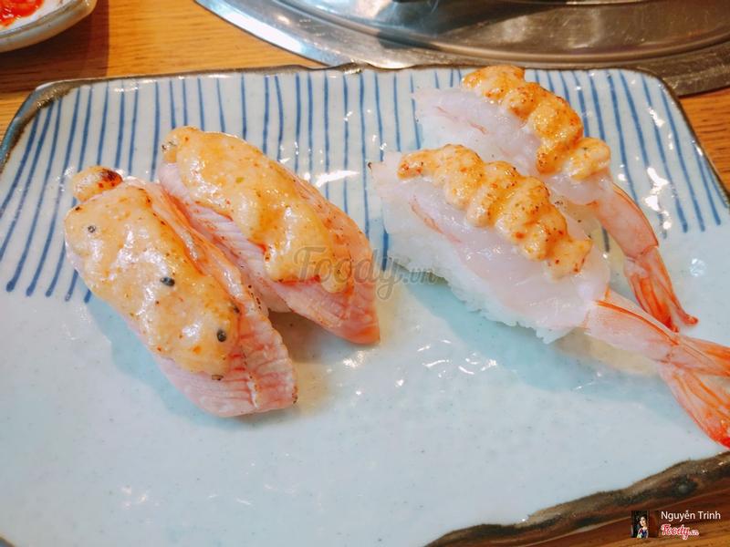 Nigiri Cá hồi sốt phô mai và tôm sốt mentai