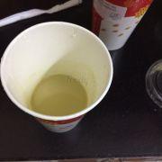 Đây là Trà olong sữa, chưa được 1/3 cốc ý. Đặt 5 cốc đều như này, cốc trà đào bên cạnh đã cho nửa khay đá mà mới được  nửa cốc :(
