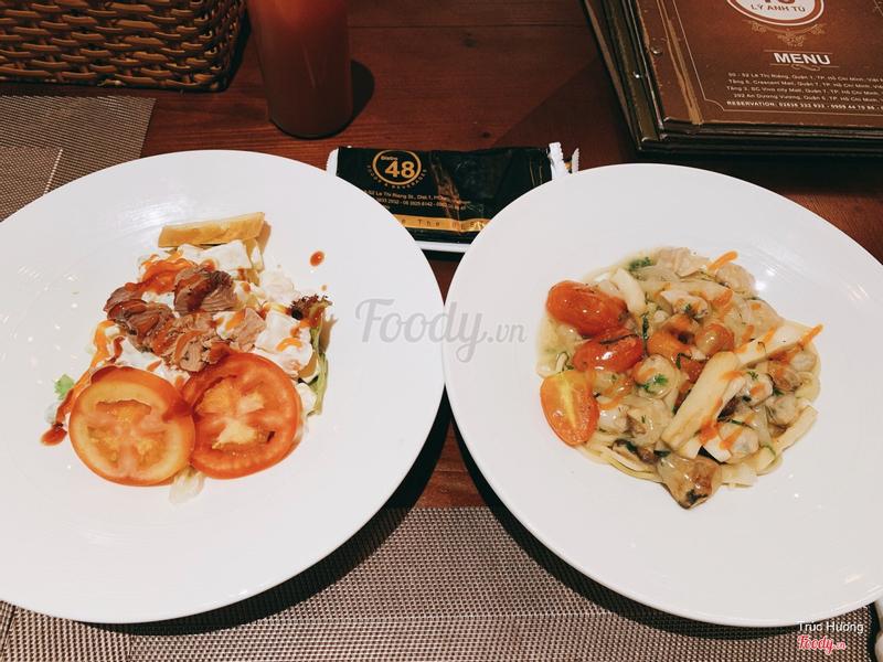 Salad cá ngừ & mì ý sốt nghêu rượu vang