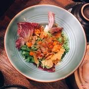 Đĩa Salad nghèo nàn này có giá 100k ?
