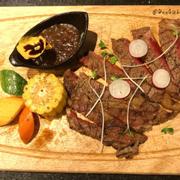 Steak bò nướng dùng kèm rau củ và sốt tiêu