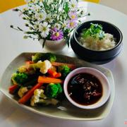 Cơm rau củ luộc cho bữa trưa thanh tịnh