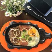 Bò bít tết ăn kèm với bánh mì nóng giòn cho bữa sáng năng động
