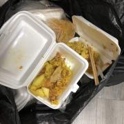 Toàn bộ cơm nhân viên mình ăn vài muỗng rồi bỏ bịch rác