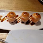 Cuộn cá hồi ngon nhất đó giờ ăn. Hu hu. Từng ăn những nơi khác nhưng đến khi ăn caia này thì thấy sự khác biệt hoàn toàn. Béo, ngọt và không gì diễn tả hết được.