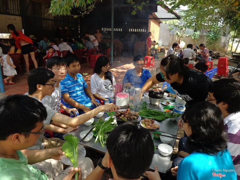 Quán đông khách buổi trưa Chủ nhật