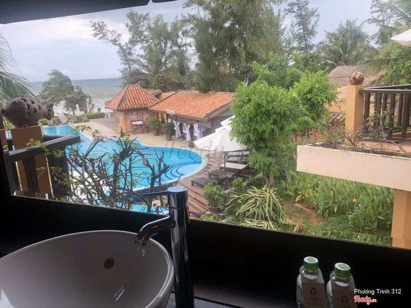 Chỗ rửa mặt nhìn ra biển và hồ bơi