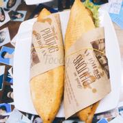 Bánh mì ở đây nổi tiếng nhất Hội An, nên tụi mình ghé ăn thử. Đa số bánh mì ở Đà Nẵng cứng, k xốp, ăn k bị rớt vụng. Đồ ăn ở đây thì ngon, mỗi món có nước chang riêng. Giá 1 ổ cỡ ~25k. Cách phục vụ thì khá là nhanh, nhưng k hề chiều khách. Đang trong lúc đứng xếp hàng thì các bạn coi menu r tới lượt thì kêu liền. Chứ cà cưa dặn lâu vs lộn xộn là bị nhăn vs nói rồi. Tới Hội An thì nên ghé nha.
