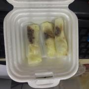 Bánh tráng cuốn bơ ốm và nhỏ như ngón tay cái. Mềm nhũng và mặn chát vị muối cũng ko ngon