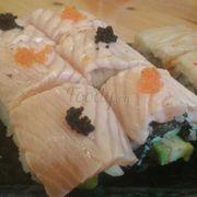 Sushi cá hồi áp chảo