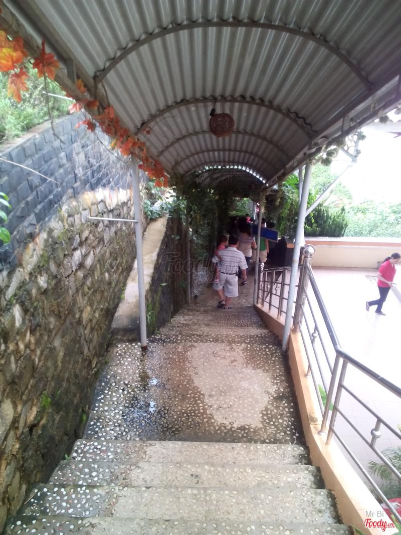 cầu thang đi xuống nhà hàng