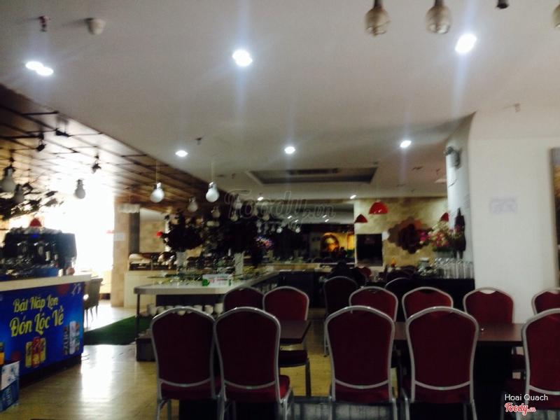 Khu buffet có vẻ được chăm chút hơn, sáng và sạch sẽ hơn, ko bị lùi xùi, tối tối như khu vui chơi cho em bé và cafe