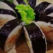 Tadda đây là kimbap cá ngừ béo ngậy ngon lắm luôn í