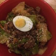 Đây là món mỳ lạnh, thịt bò nhiều, rau, kim chi ngon. Nhưng món này ăn lạnh nên không thích lắm. Lần ăn này mỳ còn không được trụng chín. :(