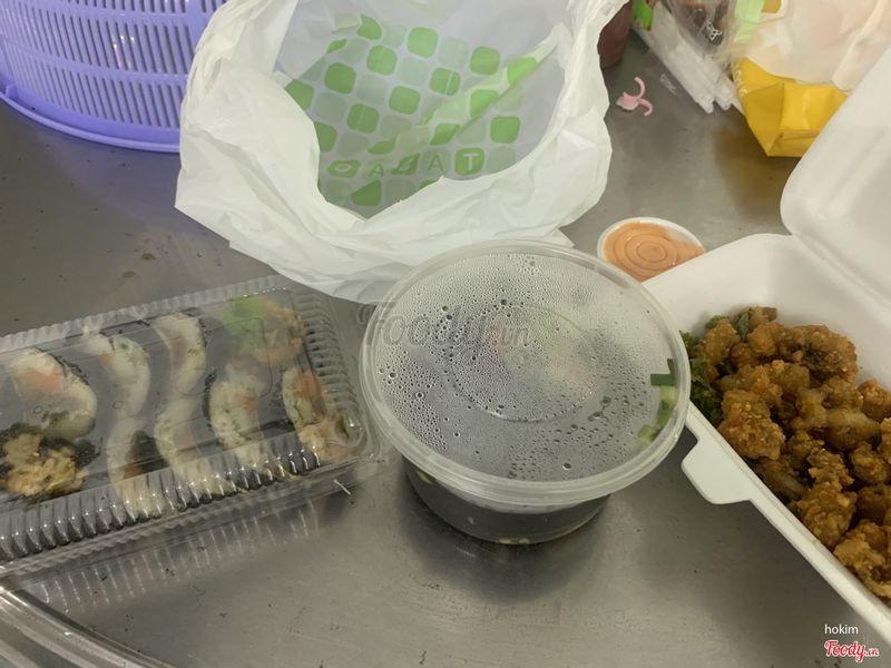 Trong hình là kimbap bò kimchi, canh rong biển, bạch tuột chiên xù