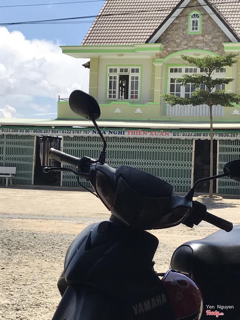 Đối diện quán cô là chỗ này nhé. Nếu đi từ Trần Phú quẹo vào Khe Sanh thì thấy chỗ này bên tay phải là tấp liền qua bên Trái, quán cô Nhung ngay đó.