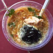 hộp súp 50k gồm 2 miếng óc heo như vầy (còn 1 miếng ở dưới), 1 trứng bắc thảo, 2 trứng cút