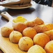 Bánh mì additonal, lỡ order xong được cho 1 đĩa bánh mì ngon bá cháy mới thấy nhìu quá ăn mệt nghỉ 😂