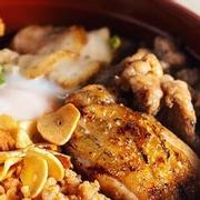 Gồm 6 loại thịt và trứng lòng đào, đi kèm với kimchi, rong biển, salad. Quán có chỗ ngồi ngoài trời và có thể vào ngồi trong quán trà kế bên, có máy lạnh. Có 6 món chính, bên cạnh đó hằng tuần quán sẽ có một món riêng. Nói chung thì thức ăn cực ngon, súp rong biển nêm đúng vị. Về giá cả của quán thì với người việt hơi cao một xíu, nhưng nếu so với các quán Nhật khác thì rẻ hơn nhiều mà chất lượng như nhau hoặc có khi ngon hơn.