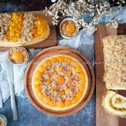 Bánh có hai loại xốt: xốt xám xịt + xốt dầu trứng Nhân gồm: phô mai, trứng muối, chà bông