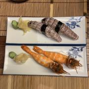 """Rất ít khi ăn cơm giấm ở những nơi khác có lẽ vì không thích ăn cơm và vị chua của giấm át hết vị gạo. Tuy nhiên lần đầu tiên từ khi biết ăn sushi đến nay thì đây là món cơm giấm ngon nhất từng được ăn và con tôm tích to """"siêu cấp zô địch"""""""