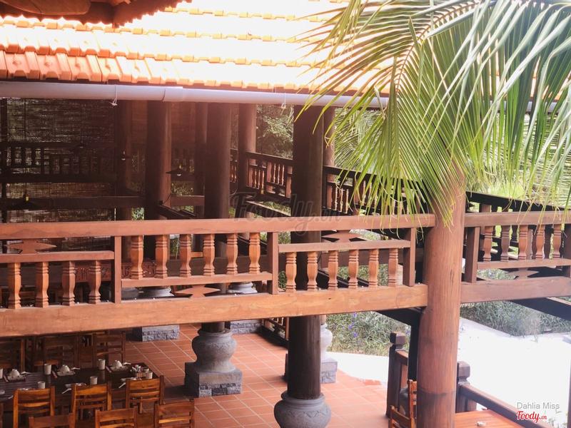 Nhà sàn ba gian phục dựng y như nguyên bản  nhà sàn của người dân tộc Thái vùng núi phía Bắc.