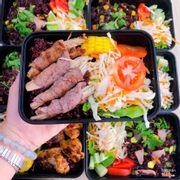Bò cuộn nấm kim châm nướng ăn với salad và cơm