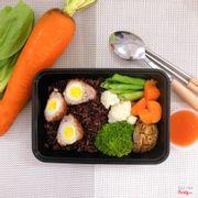 cơm gạo lức, trứng bọc thịt, rau củ luộc