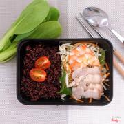cơm gạo lức, salad tôm thịt