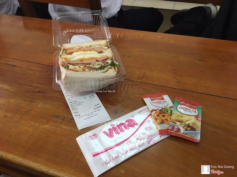 Sandwich Xúc xích - Trứng lòng đào - Thịt xông khói