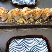 Mình gọi cuốn cá hồi nướng sốt ikigai. Trên hình menu là tháp bậc thang đưa ra cho mình là như hình🤔
