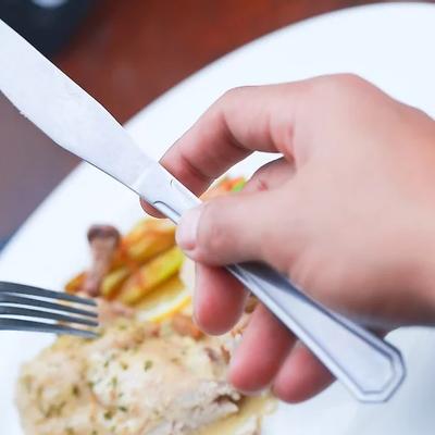 Cách dùng dao nĩa khi ăn món Âu