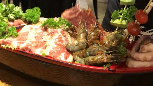 Đồ ăn ngon, nhà hàng đẹp, nhân viên phục vụ tốt, rổ giá chấp nhận đc