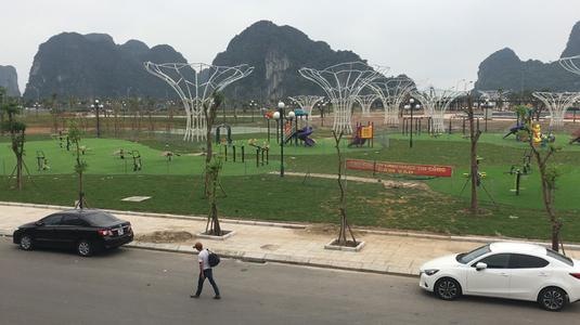 Quán cafe có view ôm trọn công viên hoa Hạ Long